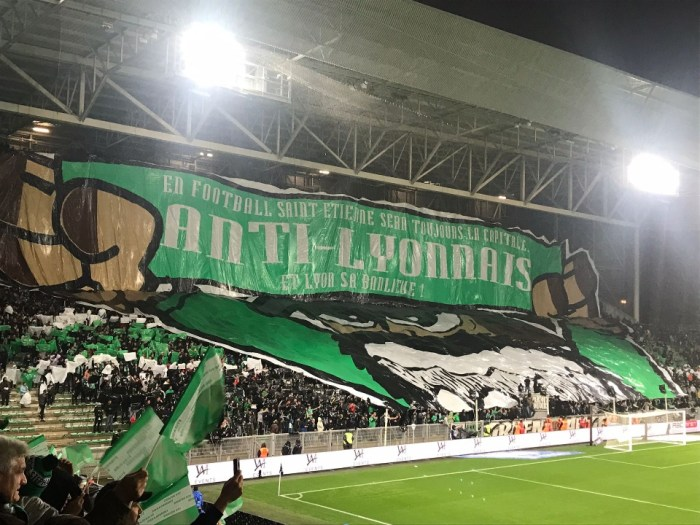 La violence verbale en plus de celle physique, ici, les supporters de l'AS Saint-Etienne font part de leur désamour pour le voisin lyonnais. Photo : Sylvain Bruyas