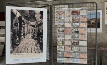 Quelques cartes postales exposées dans la maison Albert Londres. Photo : Inès Fakche