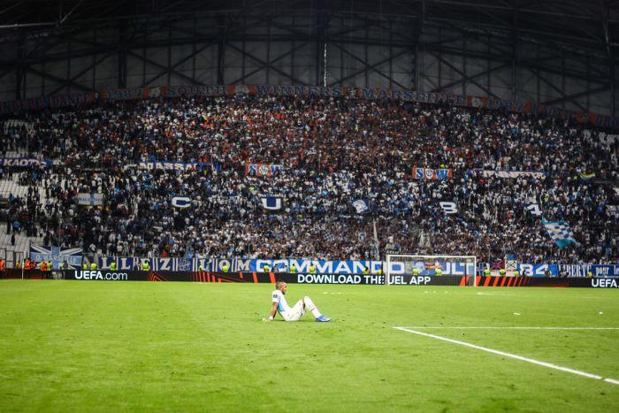 Dimitri Payet devant le virage sud incandescent du Stade Vélodrome en Ligue Europa face à Galatasaray. Photo : Johnny Fidelin/Icon Sport