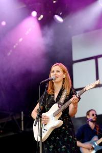 Marit måtte spille før folk hadde kommet seg på plass, men leverte en trivelig konsert. (Foto: Joakim S. Enger)