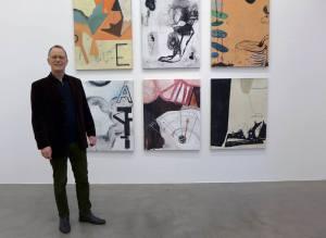 Dag Erik Leversby foran noen av sine bilder som for tida henger i Trafo Kunsthall (Foto: Trafo Kunsthall)
