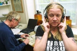 Hvis det pipler blod ut av ørene er det kanskje for høyt, undrer Gro Narvestad. (Foto: Birgit Dannenberg)