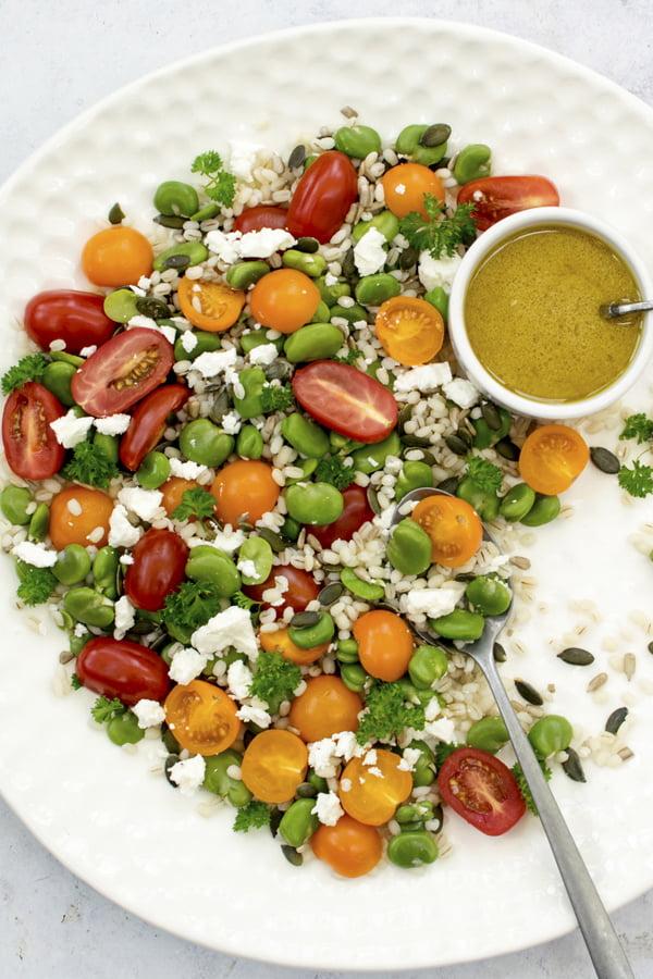 Salade d'orge, de fèves et de tomates [végétarien] © Annabelle Randles | Le Flexitarien