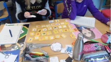 élèves belges travaillant avec les cartes de la fiche pédaogique du Français illustré