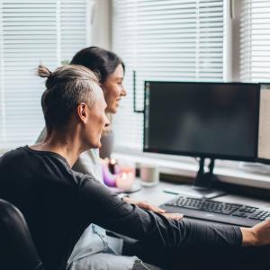 Mąż i żona pracujący przy komputerze