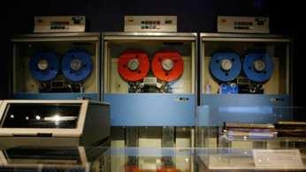 Tre unità a nastro magnetico di IBM System 360 annunciato dalla società nel 1964.