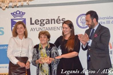 Premio 'Embajadora de Leganés' para Eva Calvo, recogen su abuela y su prima