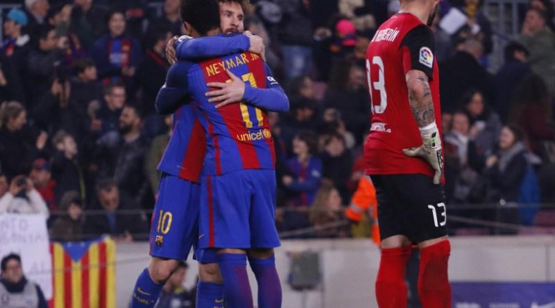 Messi celebra con Neymar el gol de la victoria.