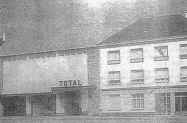 Le garage Pineau, à la reconstruction. Il sera remplacé dans les années 1980 par le magasin Catena.