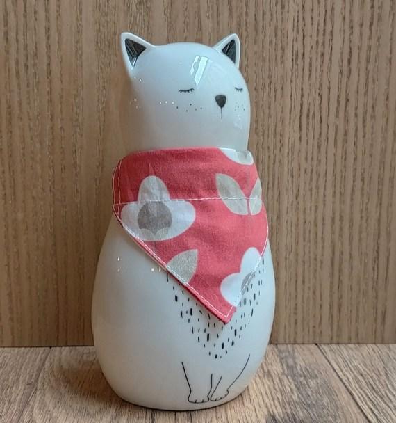 chat-avec-bandana-fleurs-rouges