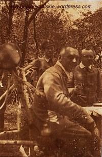 Ta sama uruczystość, na pierwszym planie rtm.Juliusz Ostoja-Zagórski - dowóca pułku. Po,prawej stronie rtm.Jan Dunin-Borkowski - zastępca dowódcy pułku.