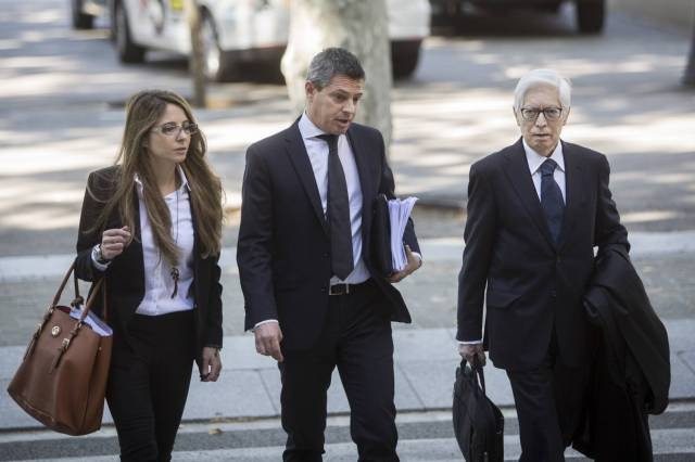 Enrique Bacigalupo, abogado de Messi, a la derecha entrando a la Audiencia. (Foto: El País).