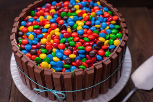 torta m & m-ekkel és Kitkat-szal