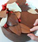 csokoládé levelek bogyókkal a tortán
