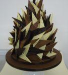 háromszög alakú panelek különböző típusú csokoládéból