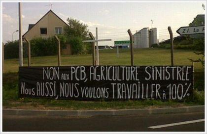 Revendications et symbole de mort lors d'une manifestation devant l'usine