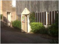 """L'entrée et la façade de la """"chapelle 107"""""""