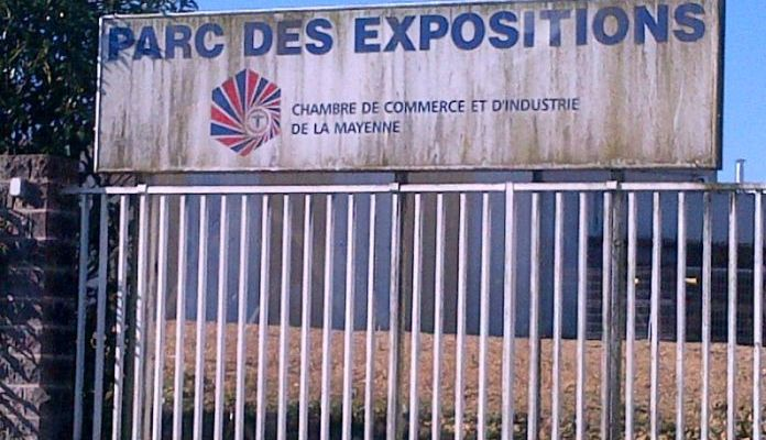 L'enseigne laissée à l'abandon à l'entrée du Parc des Expos de la CCI de la Mayenne à Saint-Berthevin près de Laval