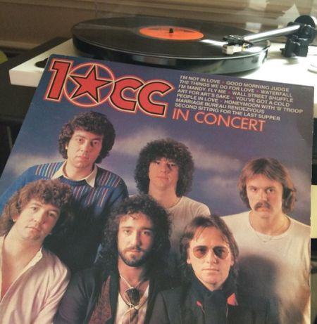 La platine tourne-disque sur laquelle est posé le vinyle, et la pochette des 10CC