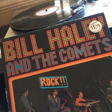 La platine de Julie sur laquelle est posé le vinyle qui tourne, et la pochette de Bill Haley and The Comets