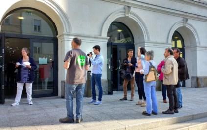Le collectif 14 opposé à la Fusion en train de tracter devant l'entrée du Théâtre où se tenait, à huit-clos, la réunion des élus