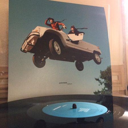 La pochette de l'album d'Archimède et son disque microsillon posé sur la platine de Julie