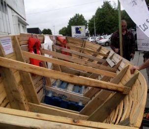 La barque confectionnée avec des produits de récupération symbolisant les embarcations utilisées par les migrants pour franchir le Détroit de Gibraltar