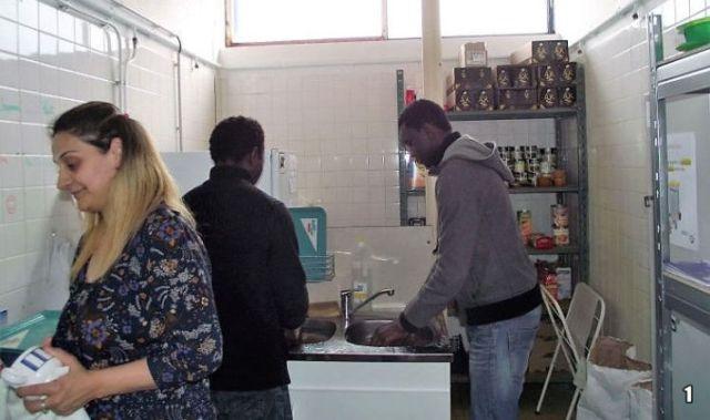 L'heure de la vaisselle, les personnes accueillies donnent un coup de main - (c) Photo leglob-journal