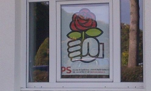 Le logo du PS derrière la fenêtre