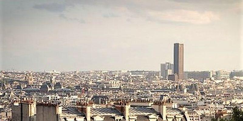 Le tour Montparnasse au loin