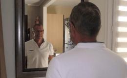 Alain Grandin devant son miroir