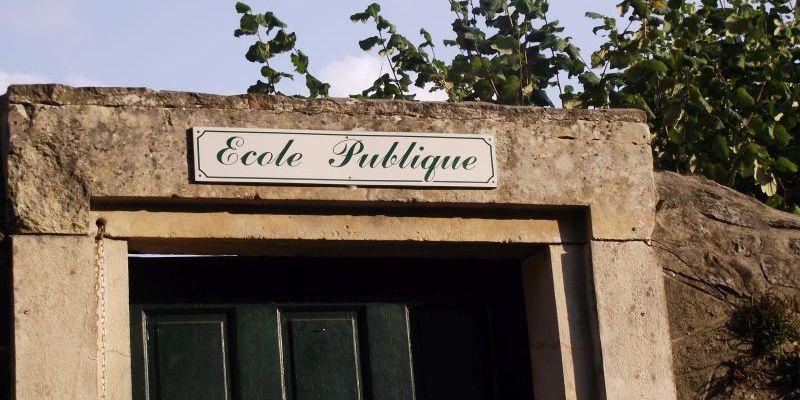 Le fronton d'une école publique en Mayenne
