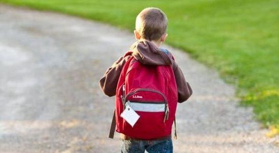 un ecolier sur le chemin de l'école