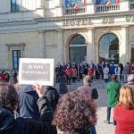 Une petite foule devant l'hôtel de ville de Laval en Mayenne