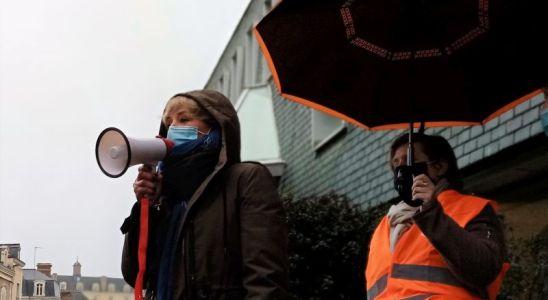 La sénatrice Elisabeth Doineau au mégaphone devant les 300 manifestants du 11 décembre 2020