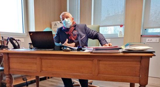 le Dasen derrière son bureau