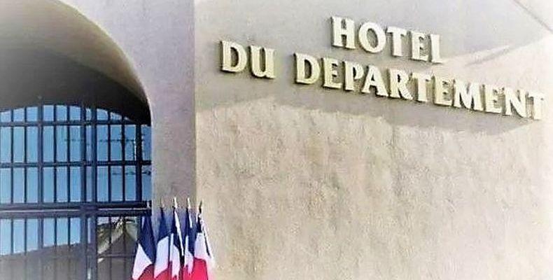 la façade de l'Hotel de ville du département de la Mayenne
