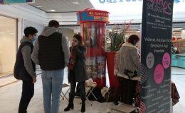 Le stand de Femmes solidaires dans une galerie marchande