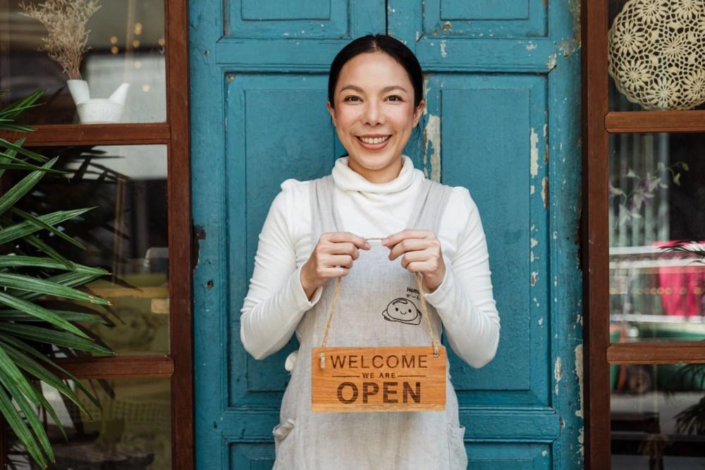 Femme ouvrant son magasin, représentant une pensée du jour dont la phrase est rédigée par Jacques Salomé.