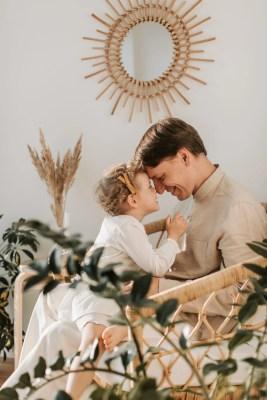 Père regardant sa fille dans les yeux, image représentant le troisième module de la saison des femmes intitulé
