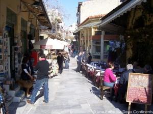 Rue animée de Plaka avec ses tavernes, boutiques et cafés - Athènes