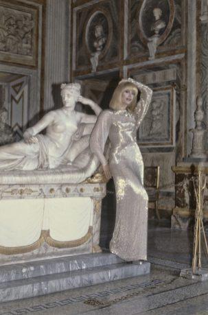 Raffaella Carrà reproducing the pose of a sculpture