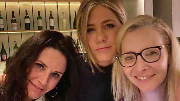 Best 'Friends' Jennifer Aniston & Courteney Cox Celebrate Three Decade Long Friendship!