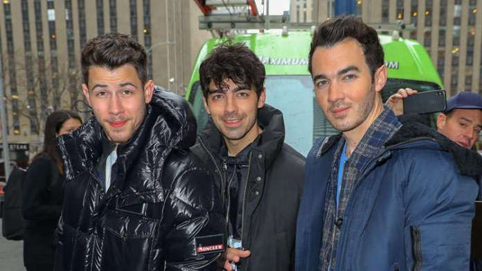 Nick, Joe & Kevin Jonas Poke Fun At Kim & Khloé Kardashian's KUWTK Iconic Purse Fight