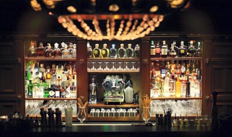 Bar avec mur de bouteilles
