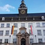 Der Altbau der Leibnizschule mit Trauerbeflaggung (Deutschland und Hessen-Flagge jeweils mit Trauerflor)