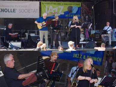 Herr Heß dirigierte Orchestermzsik und brachte sie mit Rock und Pop zusammen - und auch jazzige Töne durften natürlich nicht fehlen und machten dem Namen der Veranstaltung alle Ehre...