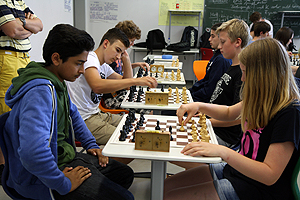 Schachspielen in der AG - Lernen und Praxis (und Turniere!) gehen Hand in Hand