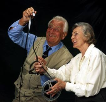 Heinz Sielmann und seine Frau Inge sichten Filmmaterial