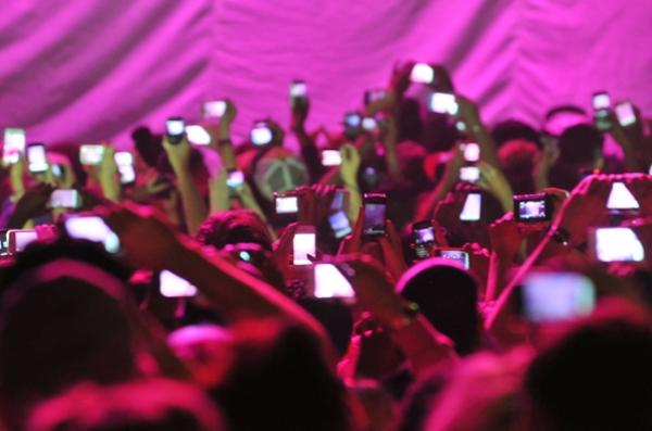 smartphones-at-concert